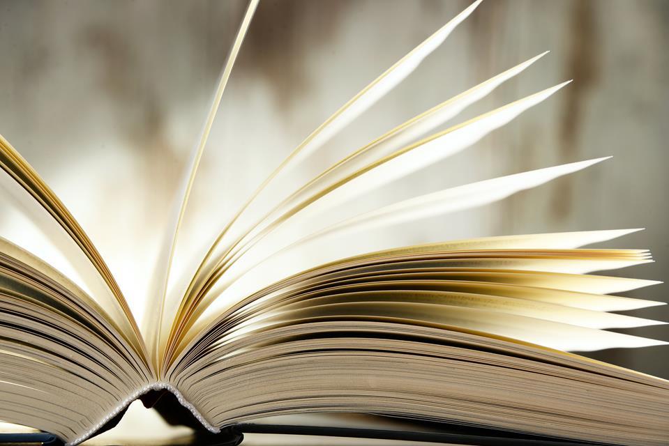 Otwarta książka w twardej oprawie.