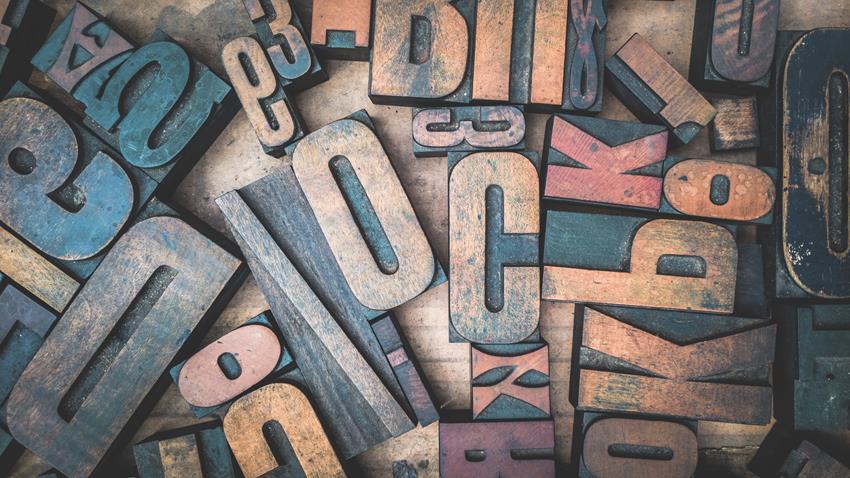 Ruchome czcionki drukarskie w formie liter.