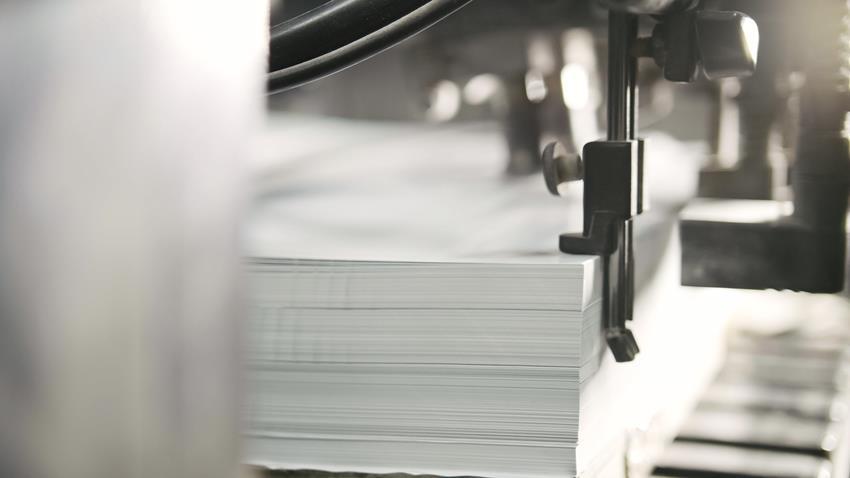 Drukowanie arkuszy papieru w prasie drukarskiej.