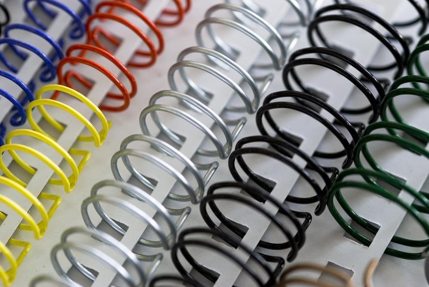 Oprawy spiralne w różnych kolorach umożliwiają ciekawe wydanie książki lub folderu reklamowego przy niskich kosztach.