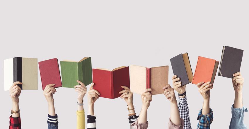 Różne książki i rodzaje okładek książek trzymane przez kilka osób.