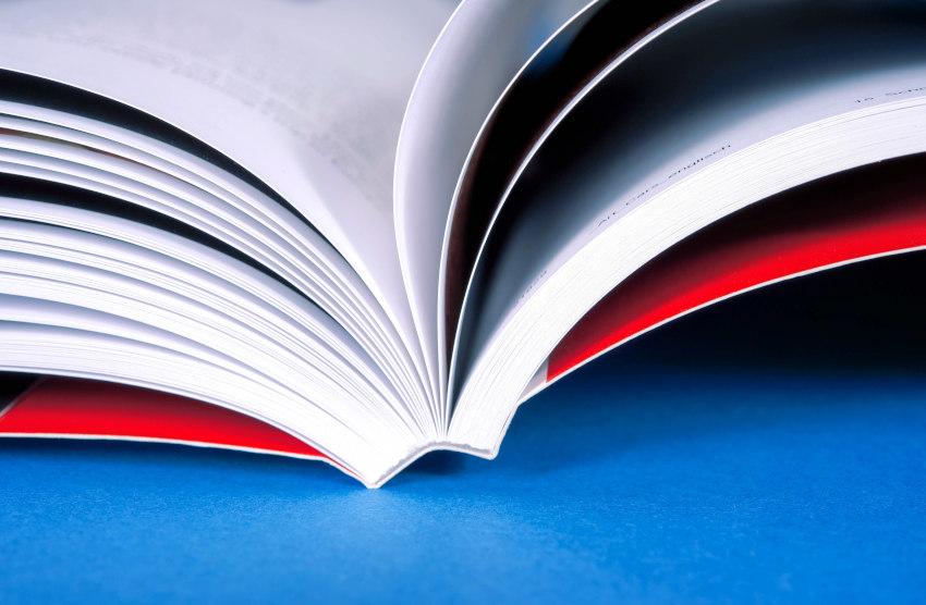 Nowa książka po wydruku w twardej odkładce otwarta na stole.