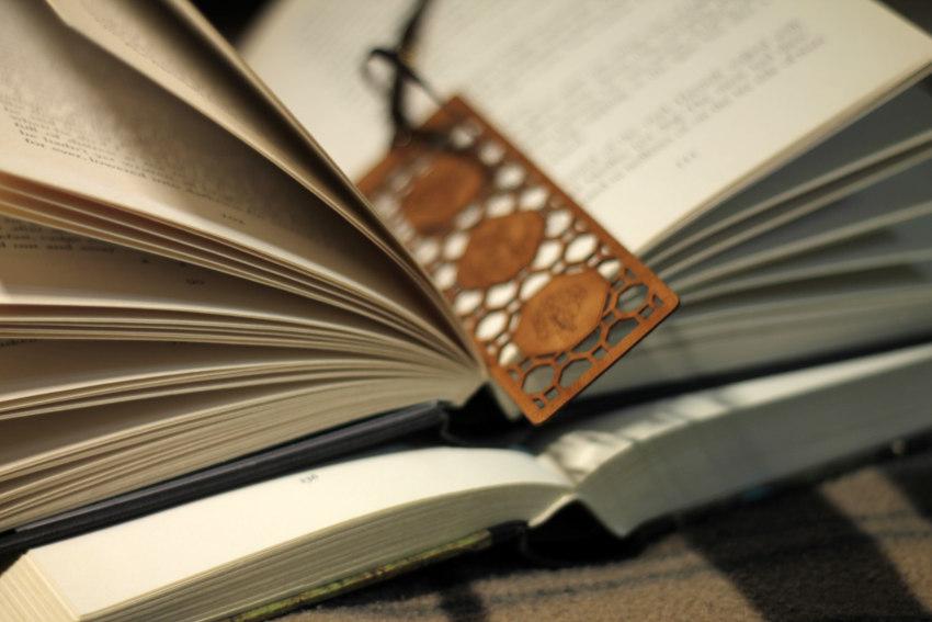 Różnokolorowe książki ułożone jedna na drugiej w stosie.