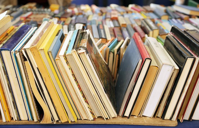 Książki ułożone na półce obok siebie – różne rodzaje szycia.
