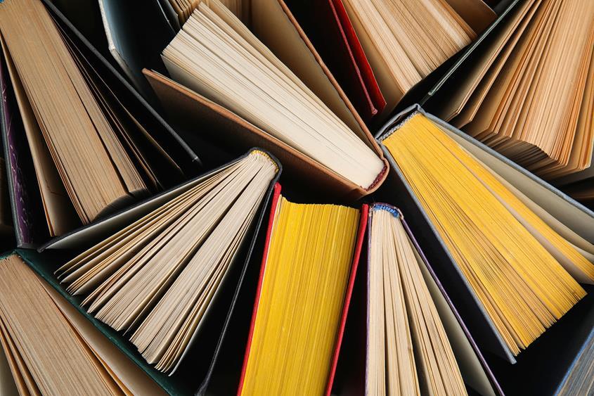 Stos książek w twardej oprawie widoczny z góry